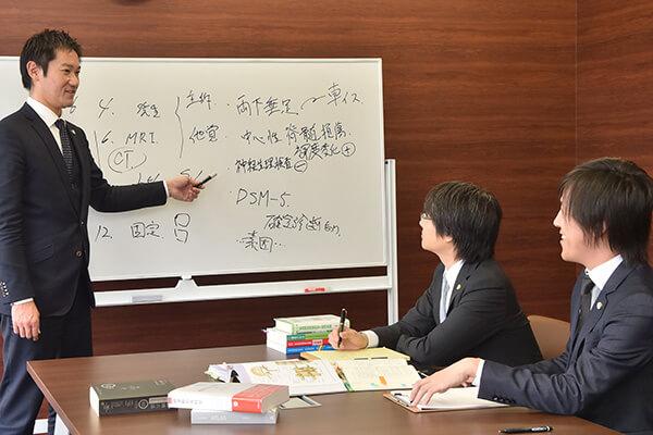 福岡法律事務所所属弁護士の打ち合わせ風景
