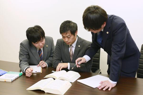 姫路支部所属弁護士の打ち合わせ風景
